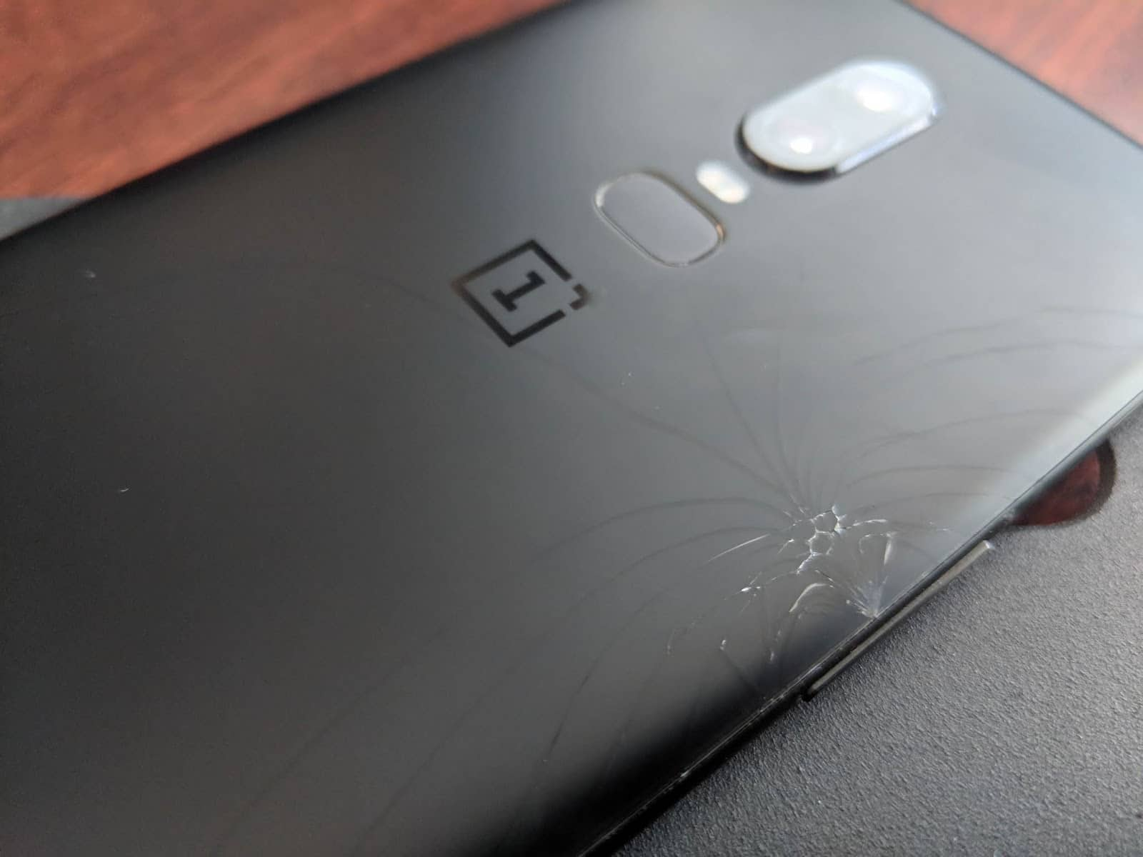 Владельцы OnePlus 6 жалуются на хрупкую крышку
