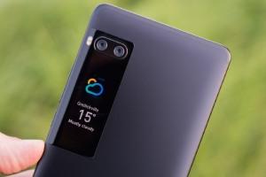 Huawei рассматривает возможность выпуска смартфона с небольшим экраном в блоке основной камеры